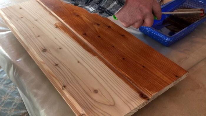 Slazurou navrátíte dřevu jeho původní barvy i šmrnc